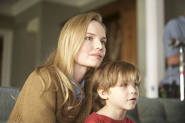 001【鬼撕眠】劇照_凱特柏絲沃(左)與雅各特倫布雷(右)這回飾演母子檔聯手飆戲