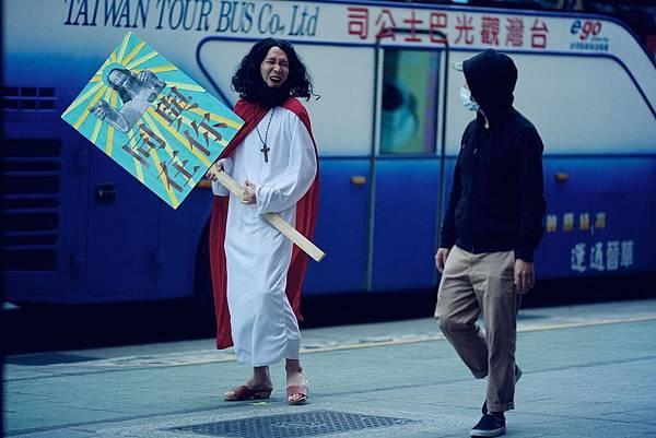 華聯國際提供4:張少懷「六弄」飾六角演出路邊傳教士