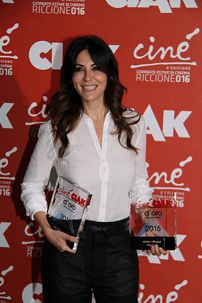 莎賓娜費蕊麗(Sabrina Ferilli)演活愛情喜劇《不只是閨蜜》(Me, Myself And Her)奪下「Golden Ciak Awards」最佳喜劇演員及最佳女主角兩項大獎