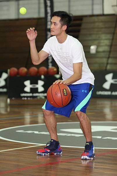 3. 台灣籃球國手蔣淯安示範以單手拋接網球同時運球的高難度訓練