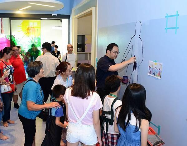 國美館〈聚˙繪〉由謝璨羽老師帶領邀請國小及親子團體彩繪壁畫