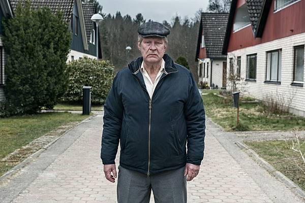 片中面惡心善的影帝洛夫拉斯卡(Rolf Lassgard)自殺沒死鹹魚翻身《明天別再來敲門》瑞典大賣6億