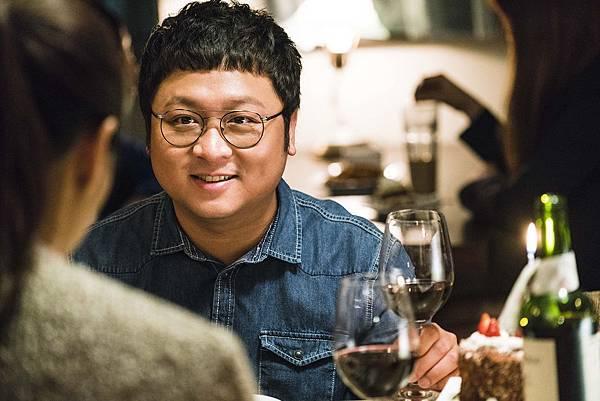 華聯國際提供02納豆在電影銷售奇姬中享齊人之福,左背白歆惠、右抱朱芷瑩