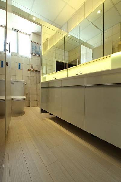 廁所施工照-1(2坪防水地板TS-52橡木洗白)