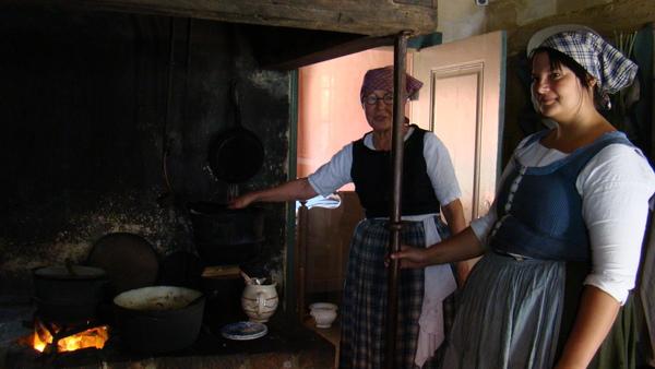 古老的爐灶,燒出來的食物挺美味的~