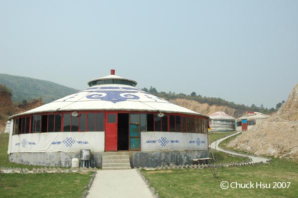 安達馬場的餐廳是個特大蒙古包.jpg
