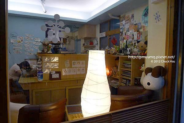 小小咖啡店黃橙橙的燈給人溫暖(Meet Bear 覓熊咖啡)