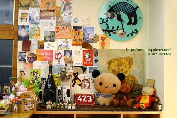 櫃台旁滿滿的玩偶跟名信片近一點看(Meet Bear 覓熊咖啡)