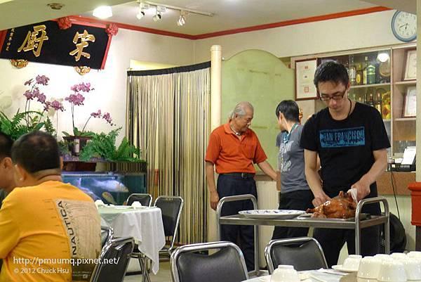 吃吃喝喝團員還沒到 看著師傅片鴨的同時 我的胃酸也在刮胃(宋廚菜館)