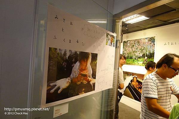 門上的海報上有著伊原美代可愛簽名(奶奶與福丸 伊原美代子攝影展)