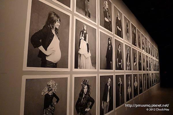 現場展出113張各具風格的影像 (The Little Black Jacket)
