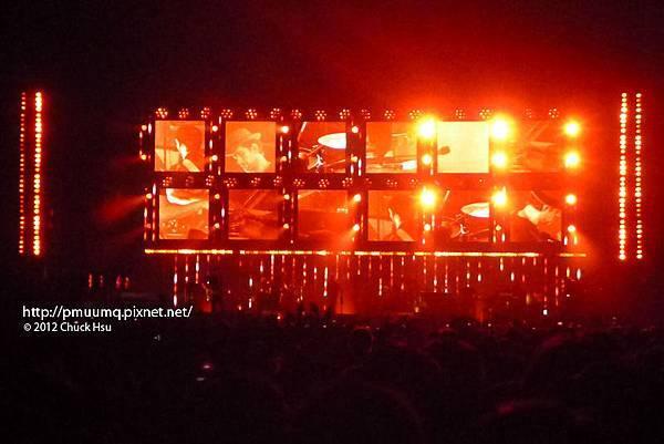 舞台燈光隨著曲風轉換色調(Radiohead電台司令2012台北演唱會)