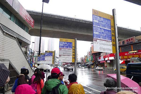 新店捷運站前塞進擠滿準備去烏來泡湯乘客的849公車