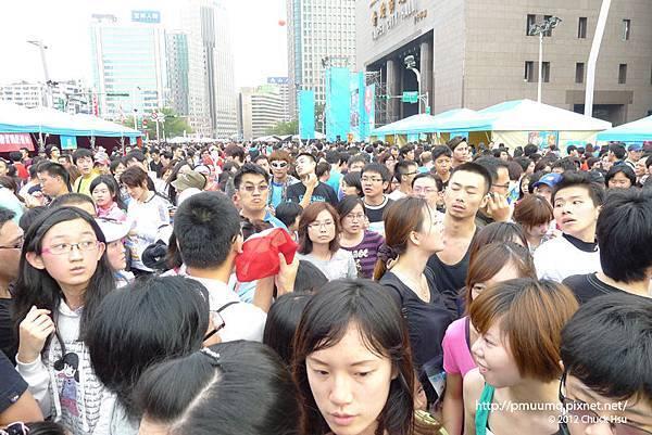 動線安排太爛了 換贈品攤位在3K終點前 排隊的人跟跑回終點的人全都卡住了.....