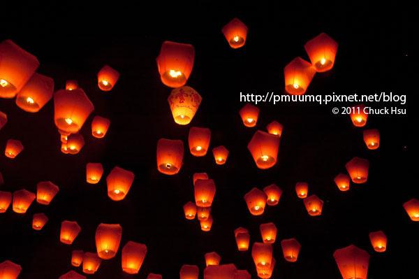 大燈帶小燈(2011平溪天燈節).jpg