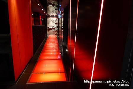 藝奇 ikki 新日本料理走道是一條紅色光廊很夜店(藝奇 ikki 新日本料理).jpg