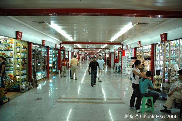 右邊C3-7488攤位的該不會是賣檯燈送按摩服務吧(這裡到處看的到的中東面孔).jpg