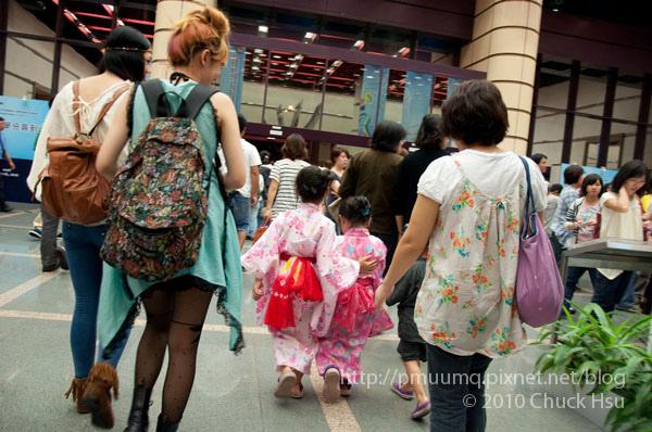 演唱會來了不少日本人 其中這幾個穿浴衣的小朋友超卡娃依~.jpg