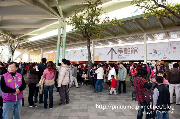 圓山站入口一進來就看到滿出來的人潮塞在爭豔館(2010台北花博 Taipei Expo).jpg