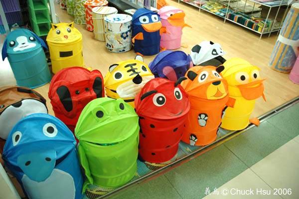 哈~這不就是上回在下北澤看到的青蛙置物筒嗎原來他在這裡有那麼多的兄弟阿.jpg