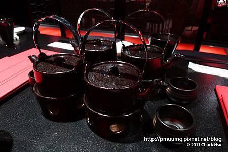 帶位坐定之後看到桌上這茶壺還以為是裝飾品 沒想到原來是燒滾滾的土瓶蒸 要小心燙到(藝奇 ikki 新日本料理).jpg