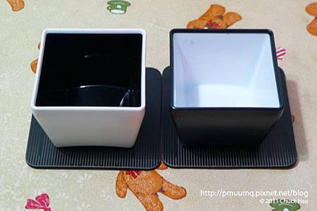 Ctrl跟Del翻過來原來是小盆子 可以放辦公桌上裝小東西 還附兩個杯墊(藝奇 ikki 新日本料理).jpg