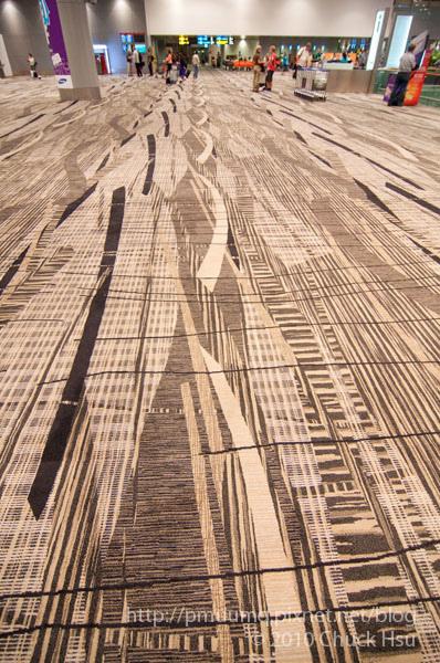 樟宜機場的地毯感覺躺在上面應該很舒服.jpg