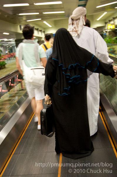 一時找不到登機門 發現跟著這黑衣的阿桑就找到了XD.jpg