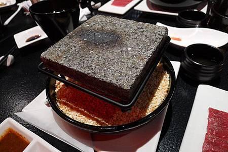 強肴 岩燒石板牛肉 (美國) 的石板(藝奇 ikki 新日本料理).jpg