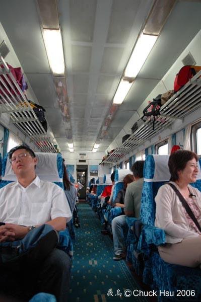ㄧ個車廂兩樣表情.jpg