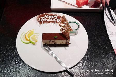 生日蛋糕是紅豆提拉米蘇換了盤子再加上蠟燭(藝奇 ikki 新日本料理).jpg