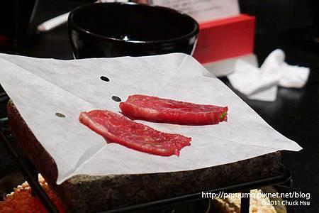 石板上先鋪一張紙在放牛肉上去烤(藝奇 ikki 新日本料理).jpg