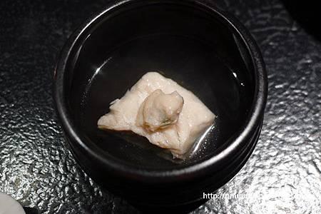 自己把土瓶蒸的料撈起放在碗裡也很懷石(藝奇 ikki 新日本料理).jpg
