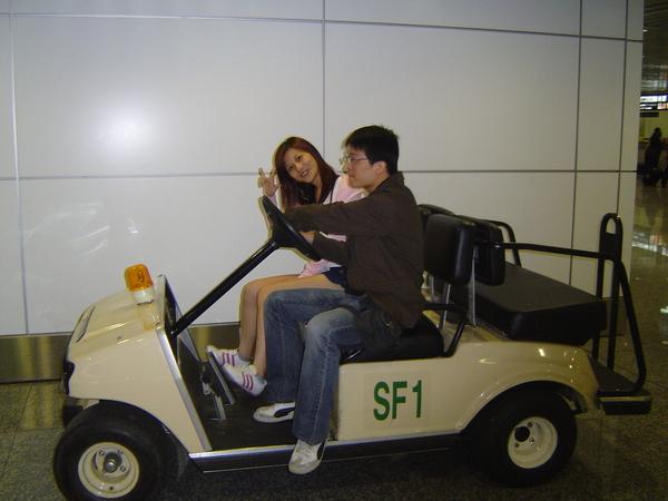 這兩個孩子在吉隆坡機場玩起來了