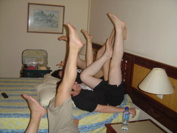 """= =""""大家都在抬腿比腿美嗎"""