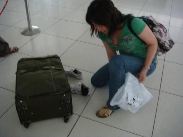 小雨同學領到行李就換上涼鞋啦