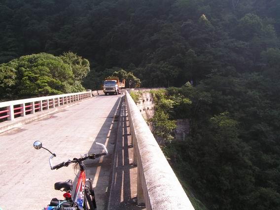 卡車在橋上, 整座橋都在抖, 超恐怖!