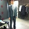 鐵灰色西裝搭配黑皮鞋....越穿越好看....最後直接在這邊訂做了 @@a