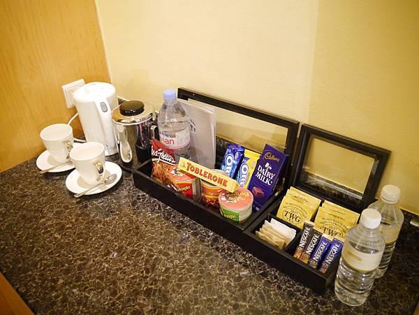 浮爾頓飯店房內附的是TWG茶包耶,右邊的茶包小櫃都是免費的喔,左邊的零食櫃則是要收費的