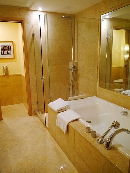 房內的洗手間也超大間的說