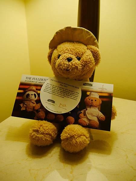 床頭櫃上有隻可愛的小熊,不是送給房客的喔,售價22元(新加坡幣)
