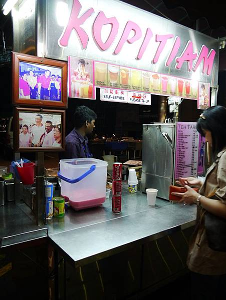 雖說是三更半夜,這間飲料店卻有不少人捧場,我們也買杯拉茶試喝....沒想到味道超讚