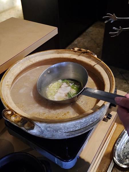 自己動手用高湯煮新鮮章魚切片