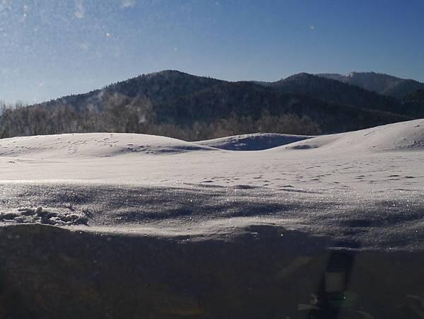 一邊吃早餐一邊欣賞閃閃發亮的白雪