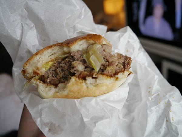 鮮嫩多汁的神戶牛漢堡,一個日幣1000比一蘭拉麵還貴 =.=