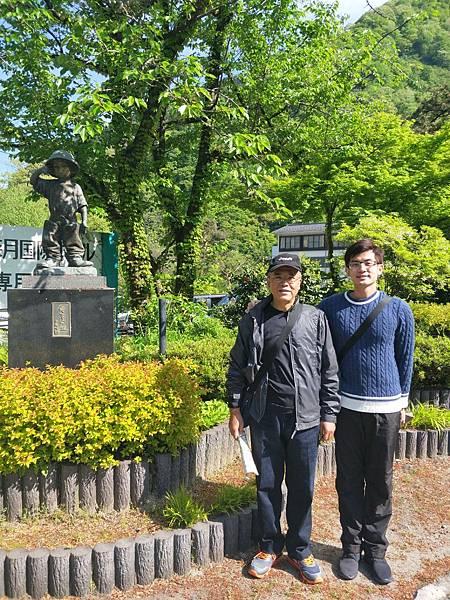 從宇奈月國際飯店往車站路上的小學生雕像