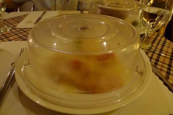 因為主菜送來時我還在吃沙拉 XD  所以服務生貼心的用透明蓋罩住juju的主菜