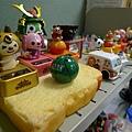 學妹的桌上擺滿很多可愛的小擺飾品