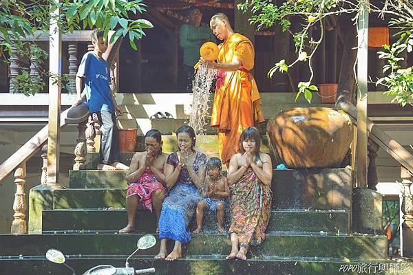 埔寨潑水祝福傳統 暹粒大吳哥城內佛寺潑水祝福儀式推薦
