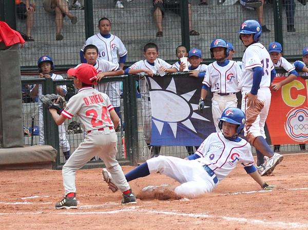 20100720-中華隊謝鈞皓連兩天各跑出1支場內全壘打.JPG
